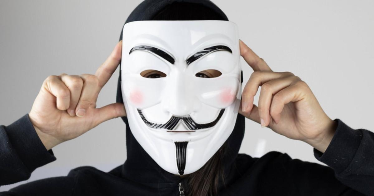 Scende in campo Anonymous. Entra nella radio della polizia e ...