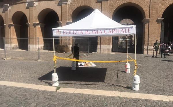 Beffa al Colosseo, il gazebo dei vigli urbani serve ai venditori abusivi
