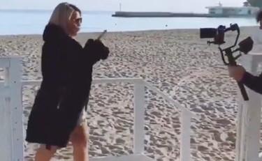 Riecco Angela Chianello Canta E Balla Nel Video Scandalo Sul Covid Il Tempo