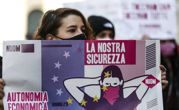 """""""Ricordare ogni mese di combattere la violenza sulle donne"""". L'appello a giornali e tv"""