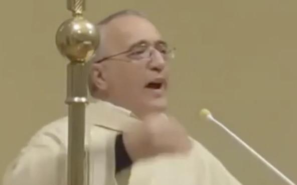 Ricoverato in ospedale il prete che esortava i fedeli a bere vino