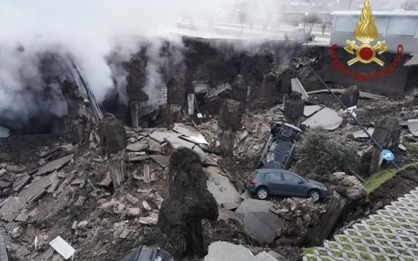 Voragine all'Ospedale del Mare, il crollo inghiotte le auto del parcheggio