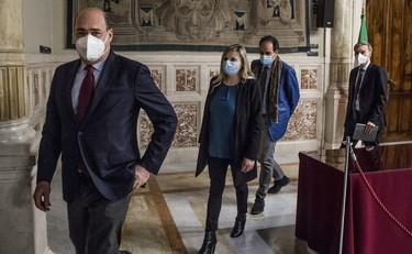 Tra Renzi e Zingaretti (più Crimi) avanti e indietro con piani fedeltà. Ma vogliono l'accordo scritto ...