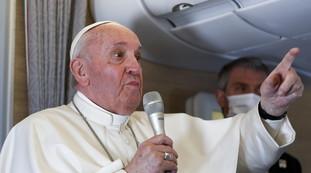 Sembrate pappagalli. Lo shampoo di Papa Francesco ai fedeli è terribile
