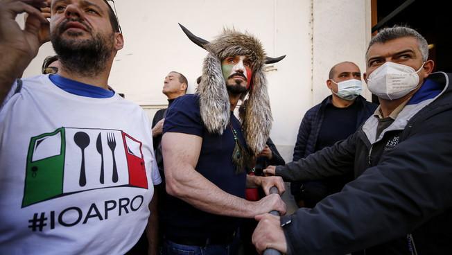Roma, tra i ristoratori in rivolta a Montecitorio anche Jack lo Sciamano