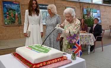 Elizabeth corta el pastel con su espada y Kate intenta detenerlo: tanta ironía