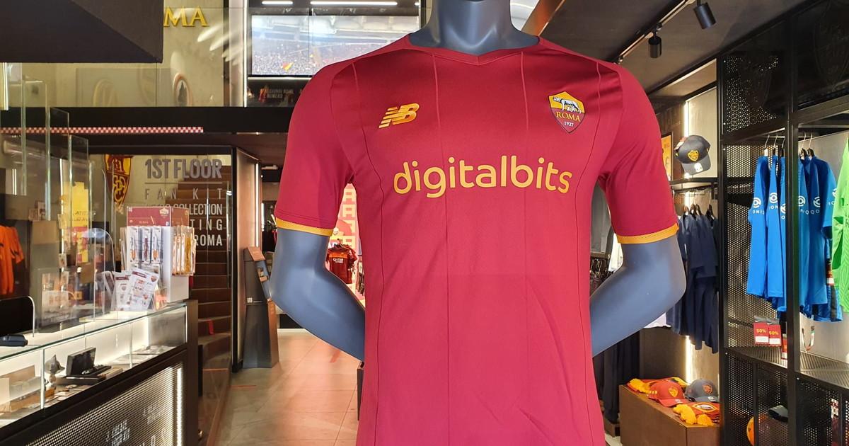 Debutta la nuova maglia della Roma targata New Balance ...