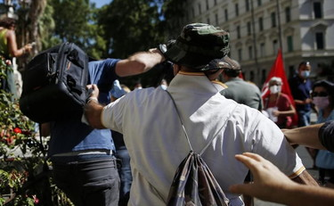 Here's who the novax attacked the journalist.  The police take off their weapons
