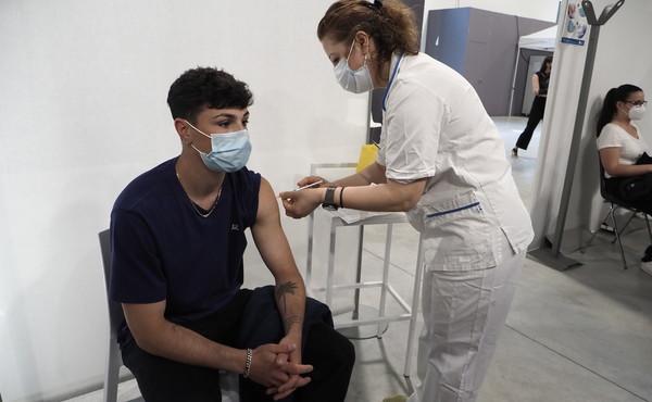 Il virologo Crisanti striglia Draghi: vaccino non del tutto efficace, ingiusto renderlo obbligatorio